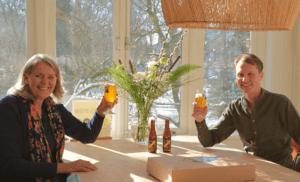 Tera en Ronald aan de keukentafel van de Home of Conscious Wealth